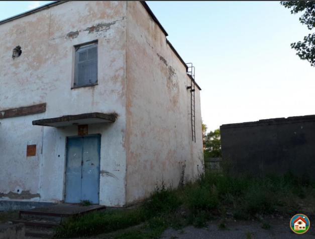 Здание бывшего универмага выставлено на торг.