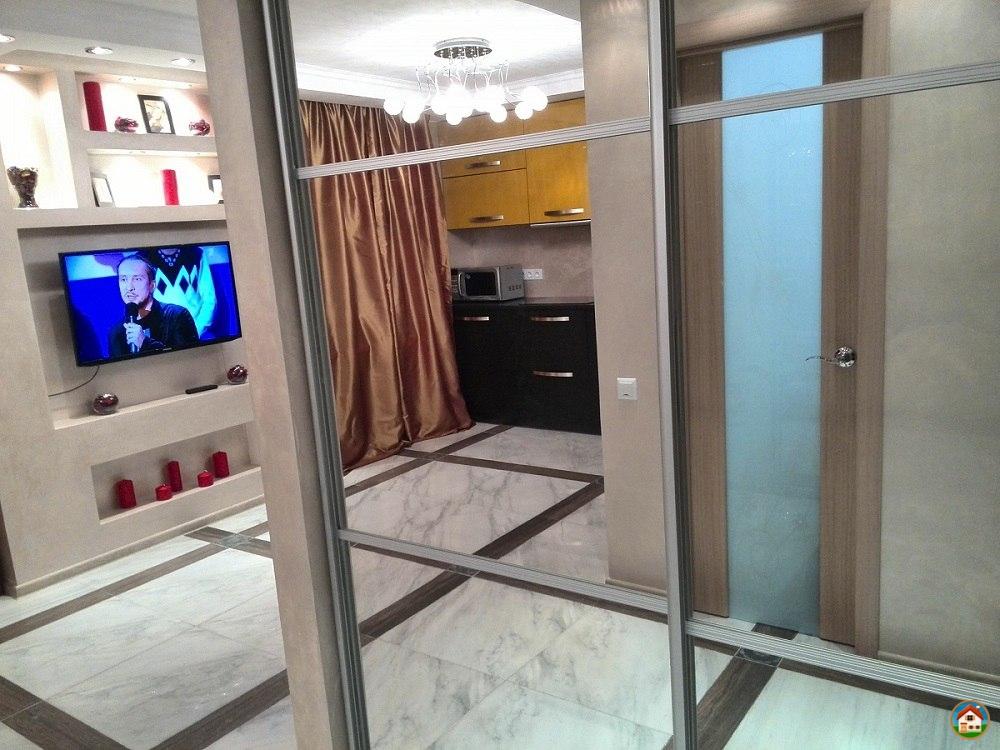 Роскошная двухкомнатная квартира-студия класса люкс в новом высотном доме с огромной шикарной кроватью, стильный замшевый двухспальный угловой диван с регулируемой спинкой и джакузи на 600л